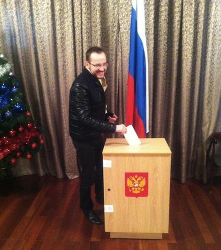 Михаил Кропанев голосует в генкоснульстве РФ в Шанхае